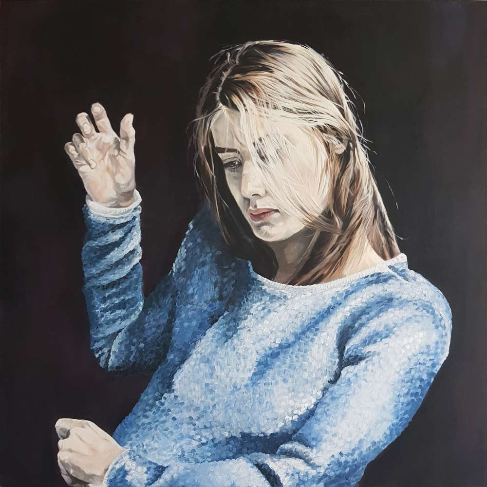 Frau mit blauem Pulli